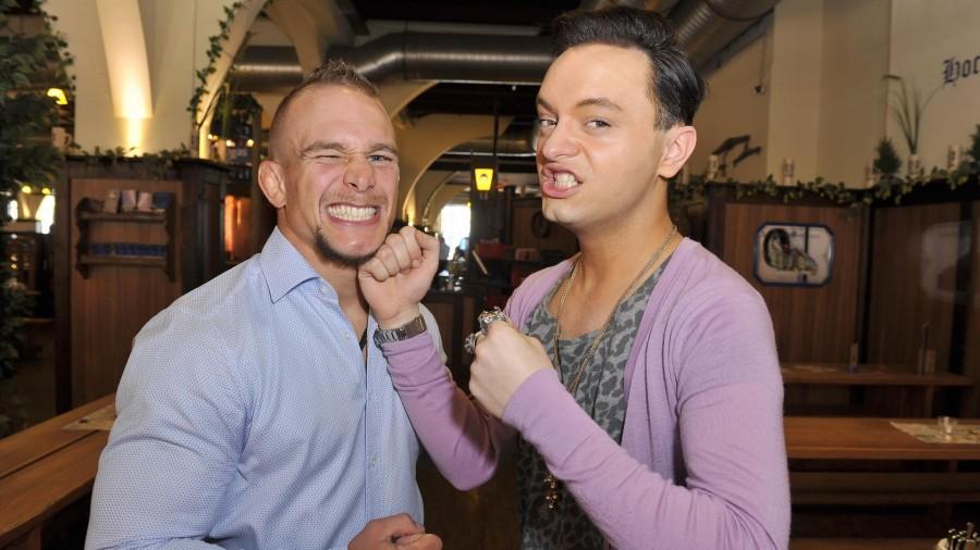 Julian Stoeckel; Nick Hein  -  UFC-Kämpfer Nick Hein feiert 31. Geburtstag im Hofbräuhaus in Berlin  am 24.04.2015 -  Foto: SuccoMedia / Ralf Succo