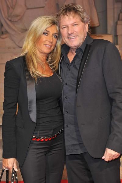 Bernhard Brink mit Frau Ute  -  Premiere ICH WAR NOCH NIEMALS IN NEW YORK im Stage Theater des Westens  in Berlin  am 25.03.2015 -  Foto: SuccoMedia / Ralf Succo
