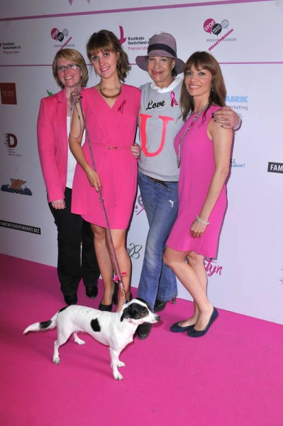 Antje Koch, Sophie Power, Barbara Engel mit Cora Lee, Jean Bork Antje Koch; Sophie Power; Barbara Engel mit Cora Lee; Jean Bork  -  Pink Ball Charity Event für Brustkrebs-Opfer im Holmes Place  in Berlin  am 23.05.2015 -  Foto: SuccoMedia / Ralf Succo