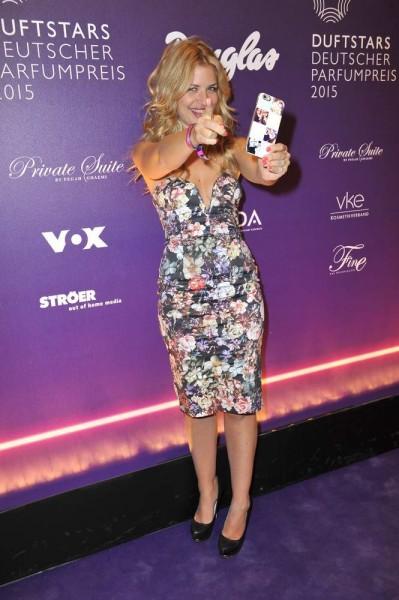 Susan Sideropoulos bei Selfie erwischt  -  Verleihung DUFTSTARS 2015 im Kraftwerk Köpenicker Strasse  in Berlin  am 07.05.2015 -  Foto: SuccoMedia / Ralf Succo