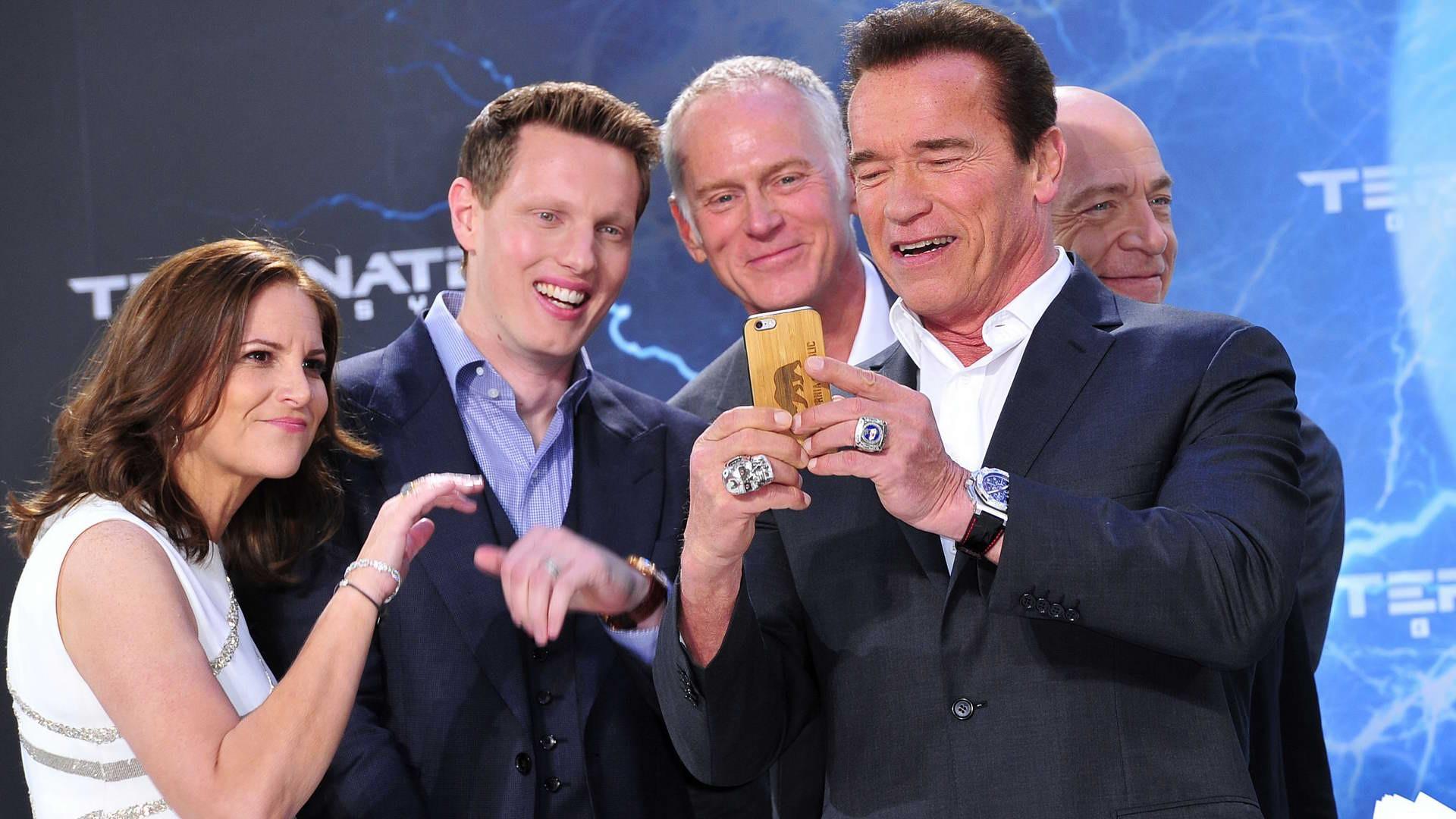 Macht ein Selfie: Arnold Schwarzenegger mit den Produzenten David Ellison und Dana Goldberg Macht ein Selfie: Arnold Schwarzenegger mit den Produzenten David Ellison und Dana Goldberg  -  Premiere TERMINATOR - GENISYS im Cinestar im Sonycenter  in Berlin  am 21.06.2015 -  Foto: SuccoMedia / Ralf Succo