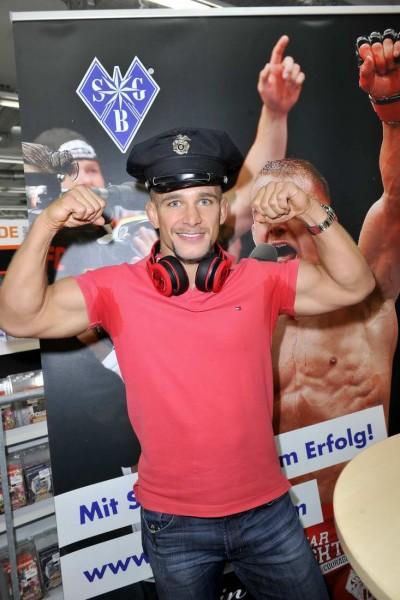Nick Hein Nick Hein   -  Autogrammstunde Nick Hein (UFC-Kämpfer, diesen Samstag bei der großen UFC-FightNight in der O2 Arena)  im Saturn Alexanderplatz   in Berlin  am 15.06.2015 -  Foto: SuccoMedia / Ralf Succo