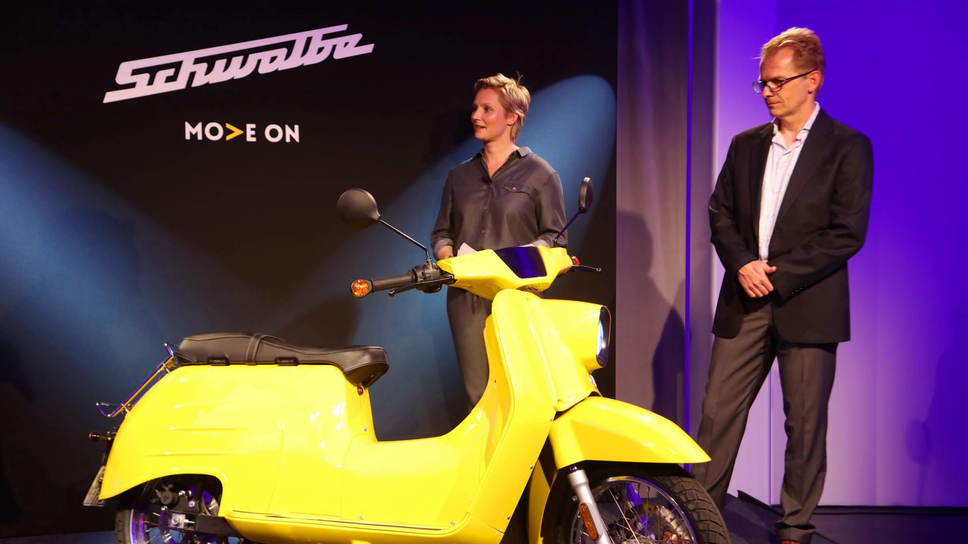 Schwalbe Scooter Präsentation Schwalbe Scooter Event in der KPM Berlin zur Enthüllung der neuen elektrischen Version des Motorrollerklassikers aus DDR-Zeiten.