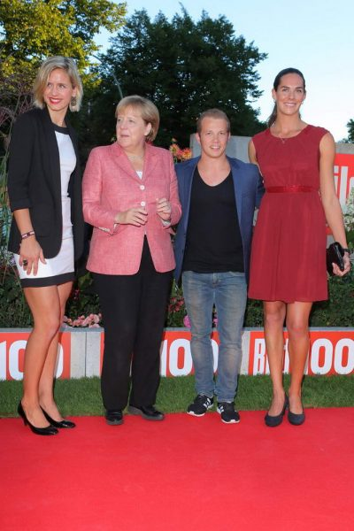 Laura Ludwig + Bundeskanzlerin Dr. Angela Merkel (CDU) + Fabian Hambuechen + Kira-Katharina Walkenhorst bei der Bild 100-Party Laura Ludwig + Bundeskanzlerin Dr. Angela Merkel (CDU) + Fabian Hambuechen + Kira-Katharina Walkenhorst bei der Bild 100-Party vor dem Verlagshaus der Axel Springer SE, Axel-Springer-Str. 65, Berlin- 06.09.2016 -copyright by Stephan SchrapsBitte beachten Sie unsere Geschaeftsbedingungen. Please refer to my GENERAL TERMS AND CONDITIONS OF DELIVERY AND BUSINESS (AGB s)