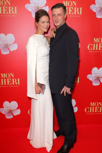 Mon Cherie Barbara Tag 02.12.2016 Schauspielerin Jessica Schwarz + Freund Markus Selikovsky im Postpalast, Wredestrasse 10, Muenchen, beim Charity Empfang, Charity-Gala zum Mon Cherie Barbara Tag - 02.12.2016 - copyright by Stephan Schraps Bitte beachten Sie unsere Geschaeftsbedingungen. Please refer to my GENERAL TERMS AND CONDITIONS OF DELIVERY AND BUSINESS (AGB s)