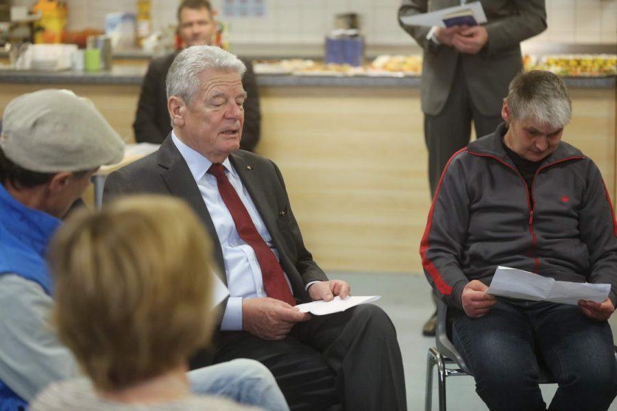 Bundespräsident Joachim Gauck zu Besuch in der Berliner Bahnhofsmission Joachim Gauck besucht Bahnhofsmission am Bahnhof Zoologischer Garten, um ehrenamtlichen Helfern und Arbeit der Bahnhofsmission für die Ärmsten unter uns zu danken.