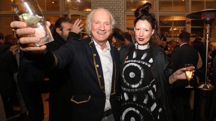 Uli Seibert mit Begleitung Vernissage des diesjährigen Auerbach Kunstprojekts von Sven Marquardt in der POP-UP GALLERY in den Hackeschen Höfen, Hof 1 unter Anwesenheit des Künstlers.